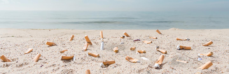 Mozzicone di sigaretta abbandonato in spiaggia