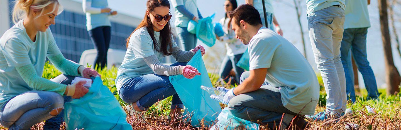 Fotografia di un gruppo di volontari che raccolgono rifiuti in un parco pubblico