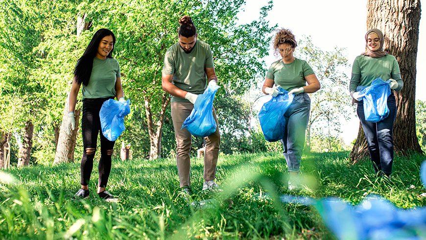 Immagine di ragazzi che raccolgono rifiuti in un'area verde