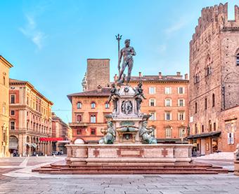 Immagine di una piazza a Bologna centro